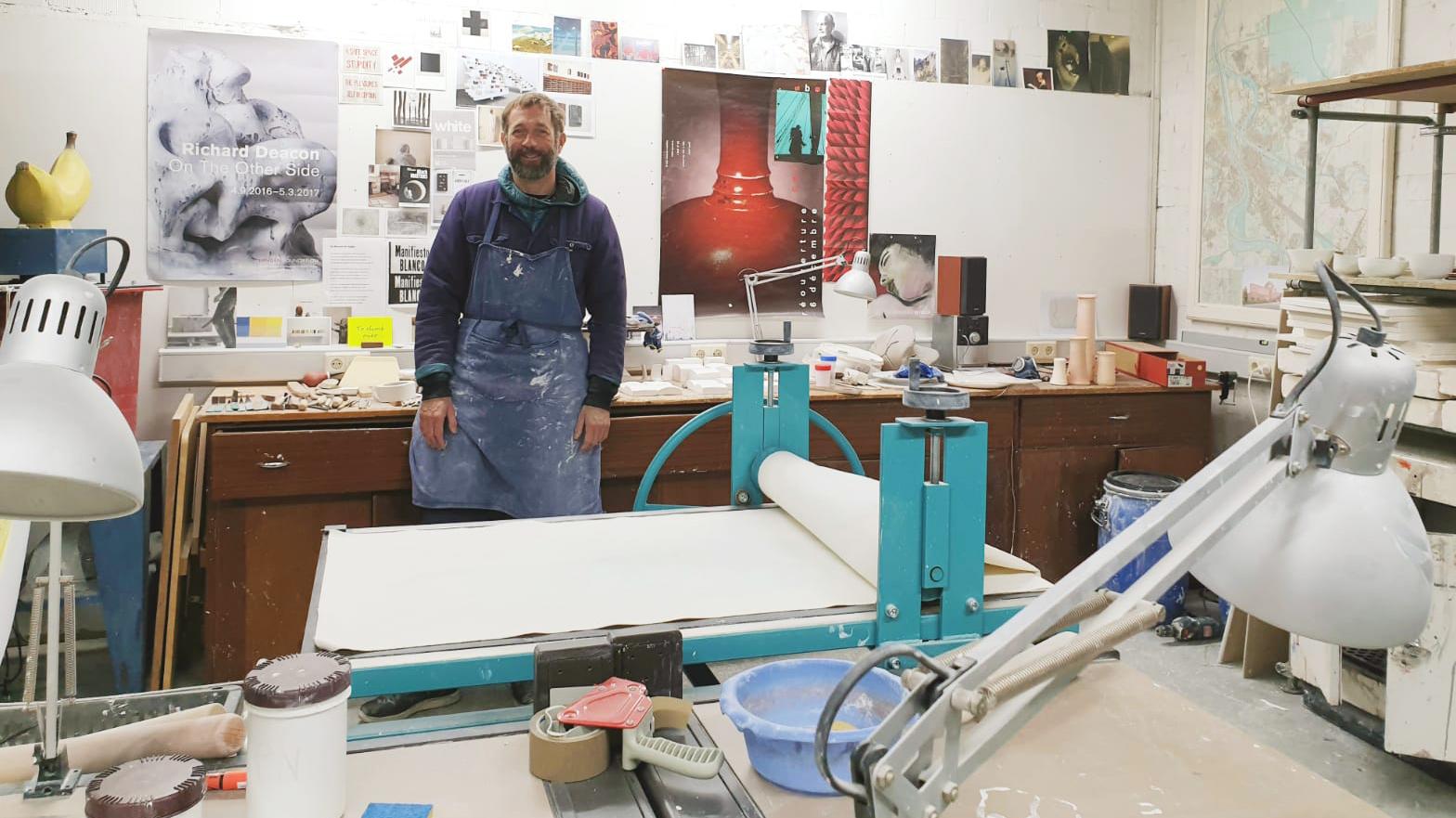 Der Porzellankünstler Emmanuel Boos im Atelier
